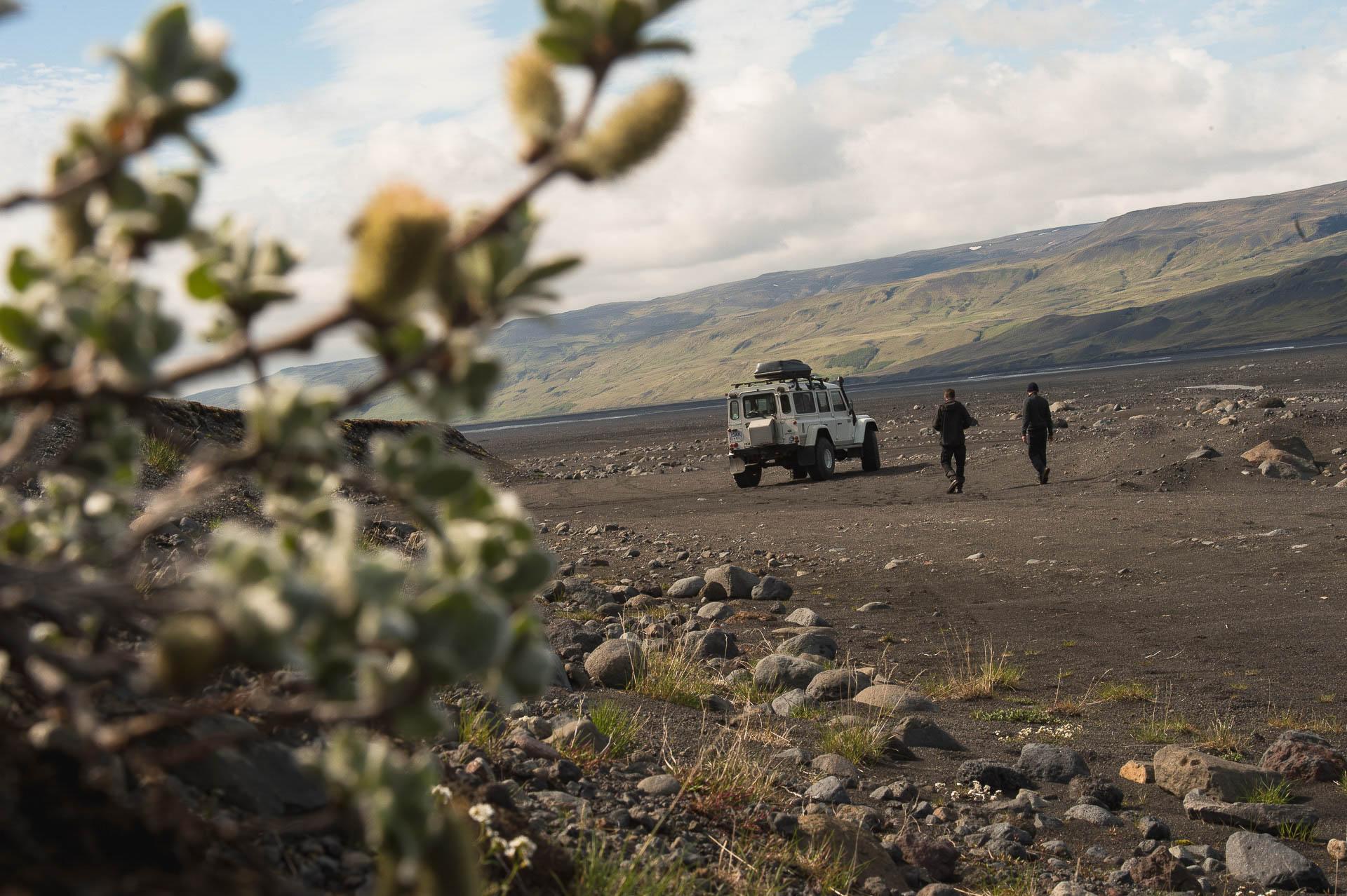 Landrover mit zwei Persoinen in der Natur von Island - Fotostory von Redeleit und Junker