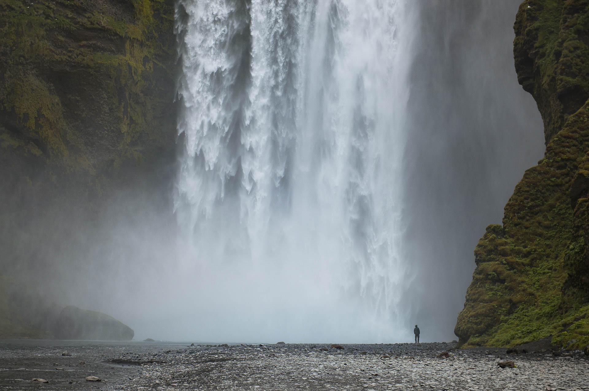 Foto Wasserfall Skógafoss mit einem Menschen - Fotostory Island von Redeleit und Junker