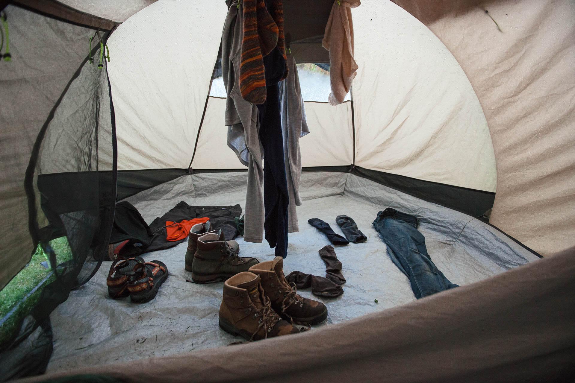 Fotostory von Redeleit und Junker - Klamotten und Schuhe trocknen im Zelt in Island