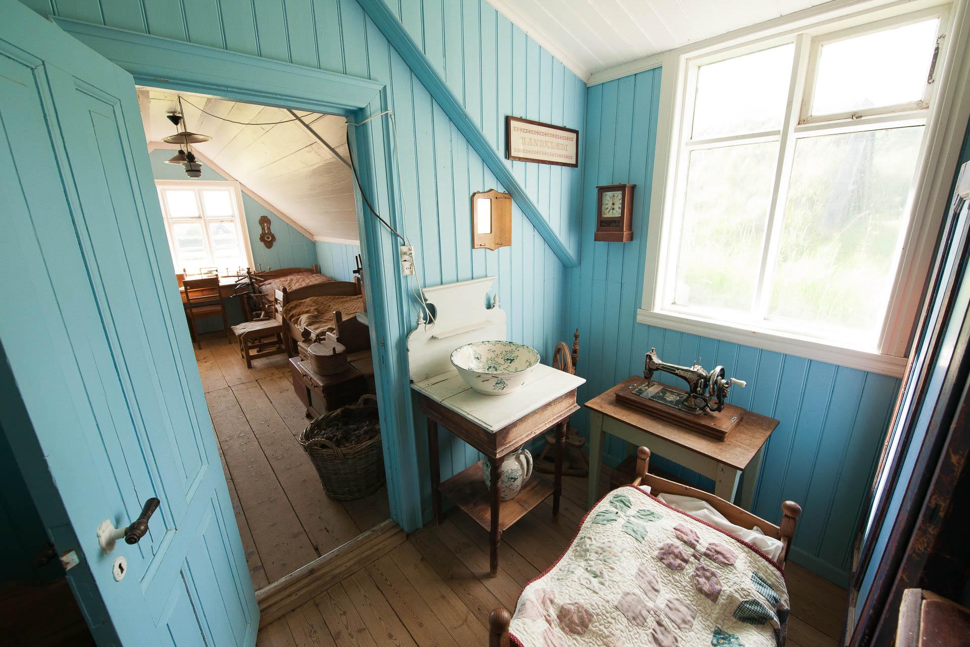 Fotostory von Redeleit und Junker - Stube mit Nähmaschine im Museum Skógafsafn in Island