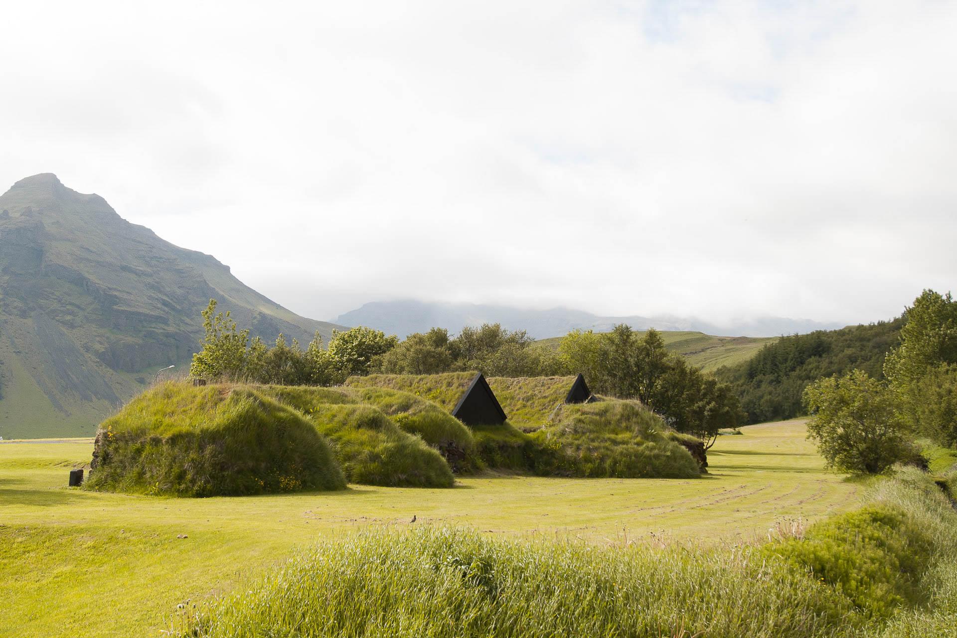 Mossbedecktes Museum Skógafsafn in Island - Fotostory von Redeleit und Junker
