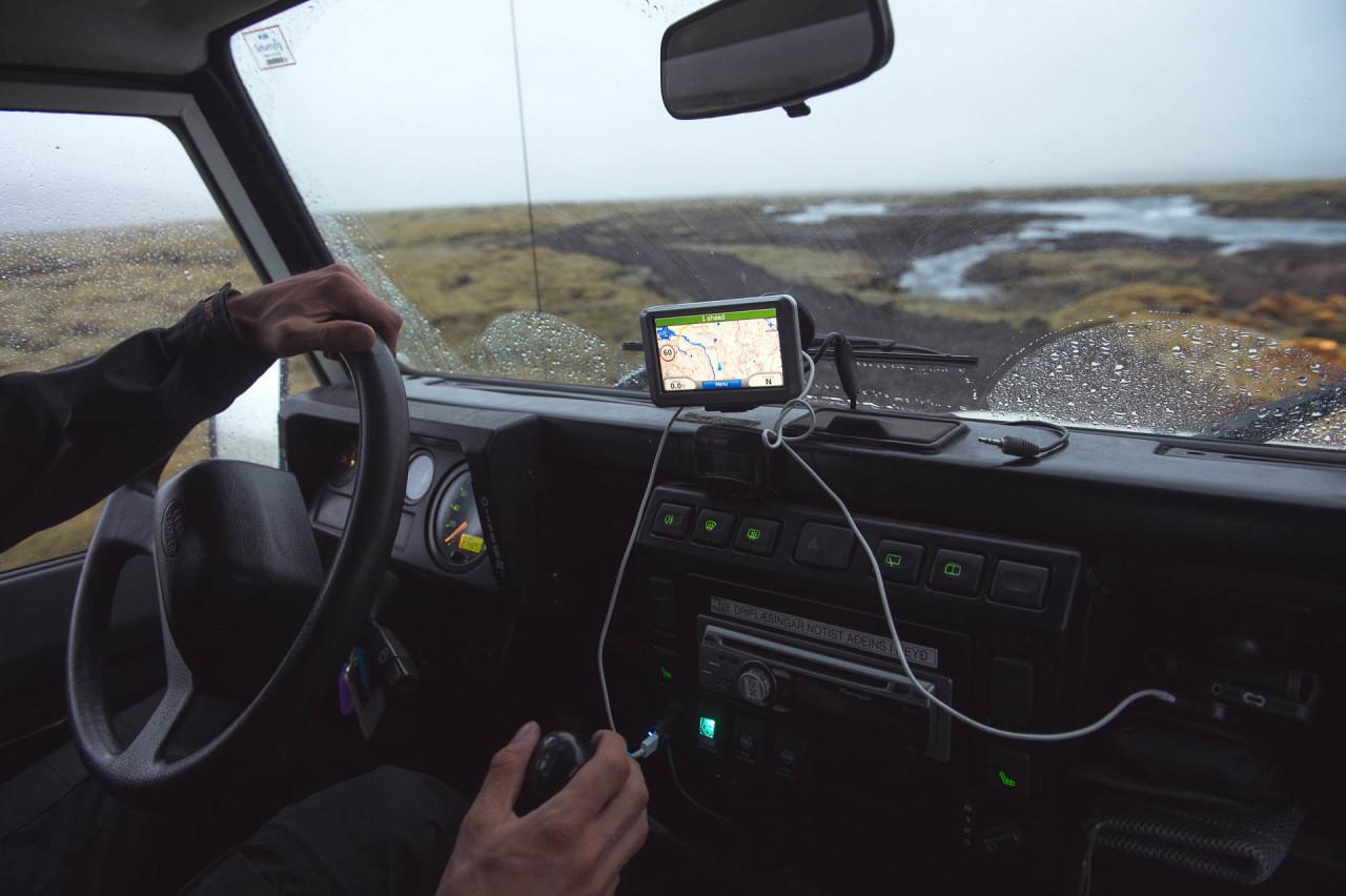 Fotostory von Redeleit und Junker - Autofahren im Landrover mit Navi in Island