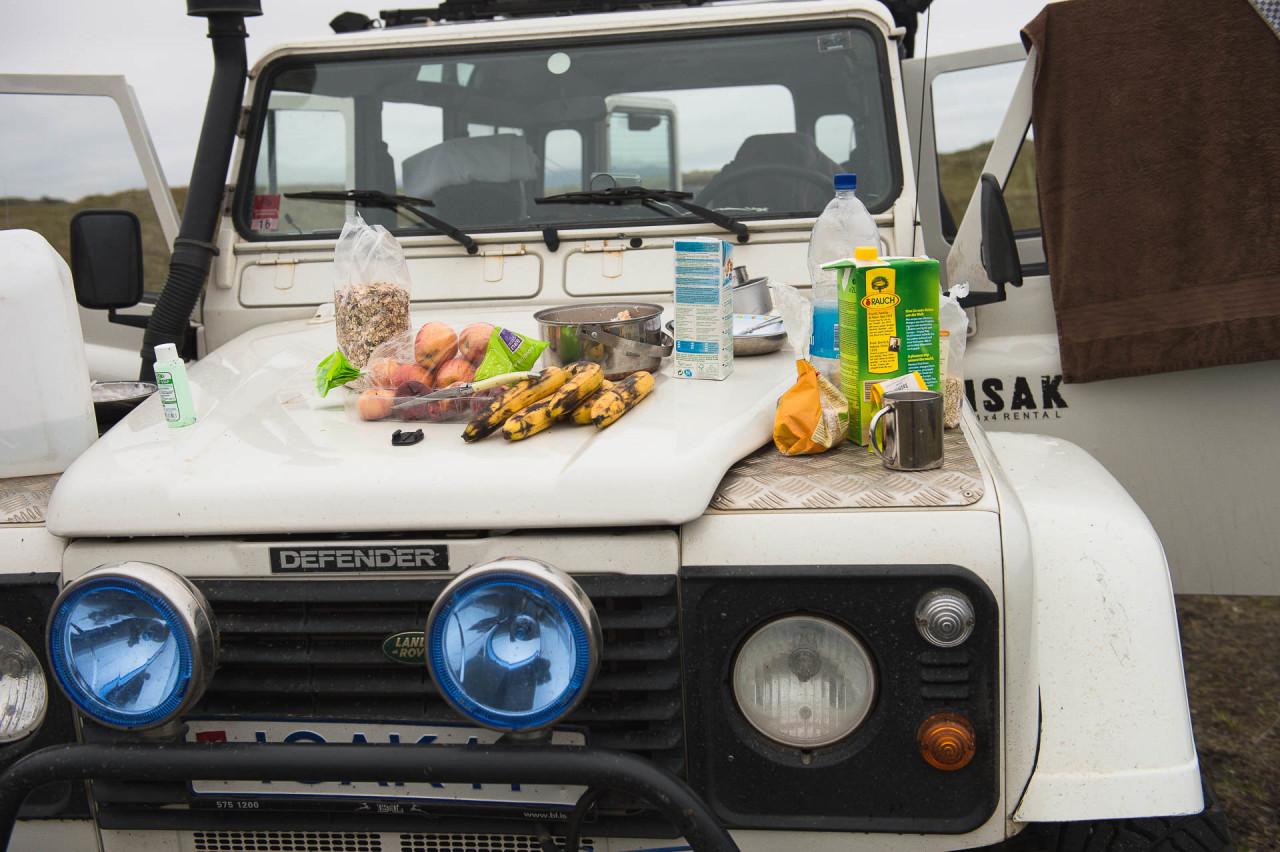 Fotostory von Redeleit und Junker - Frühstück auf der Motorhaube des Landrover in Island
