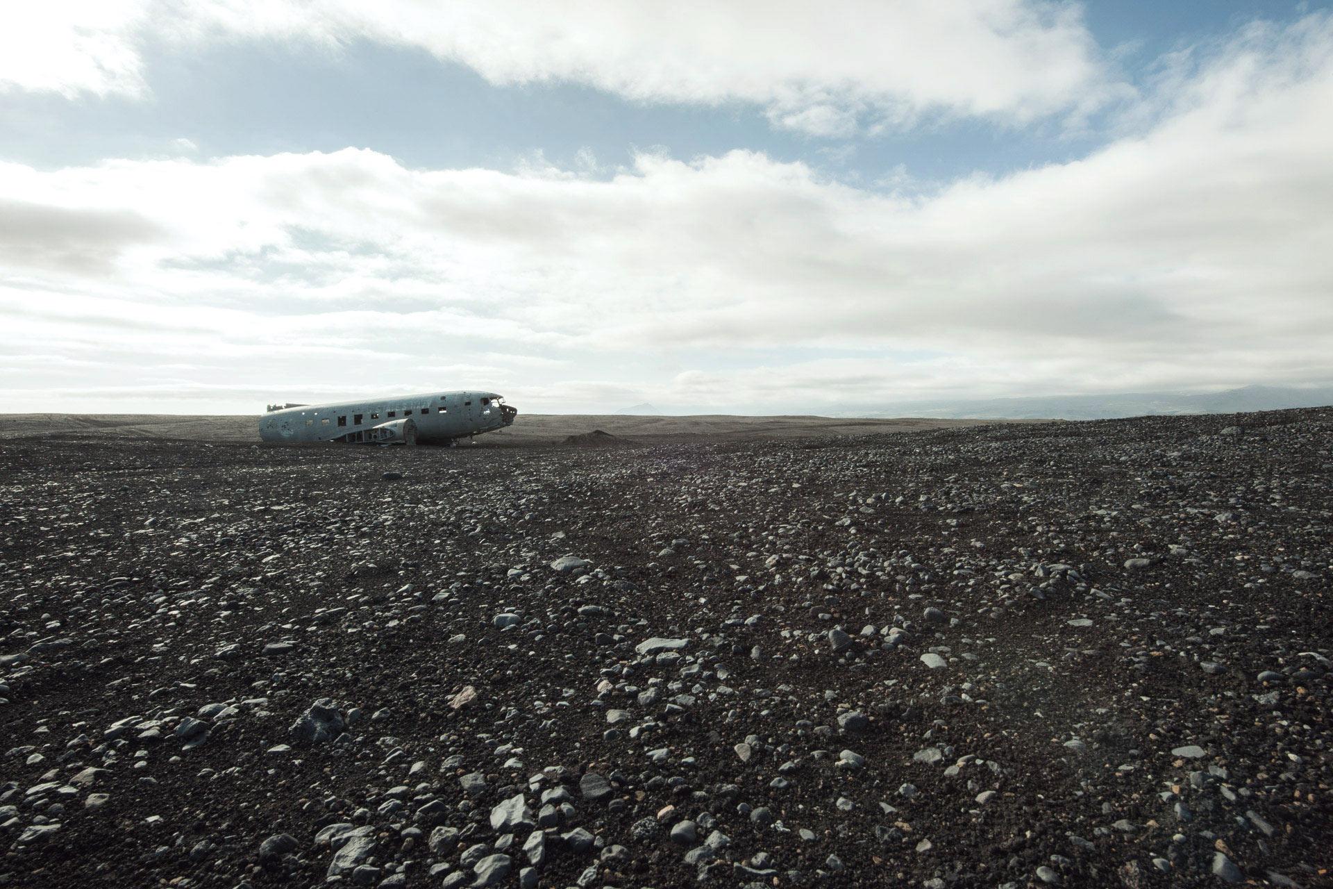 Fotostory von Redeleit und Junker - Flugzeug Wrack in einer Steinwüste in Island