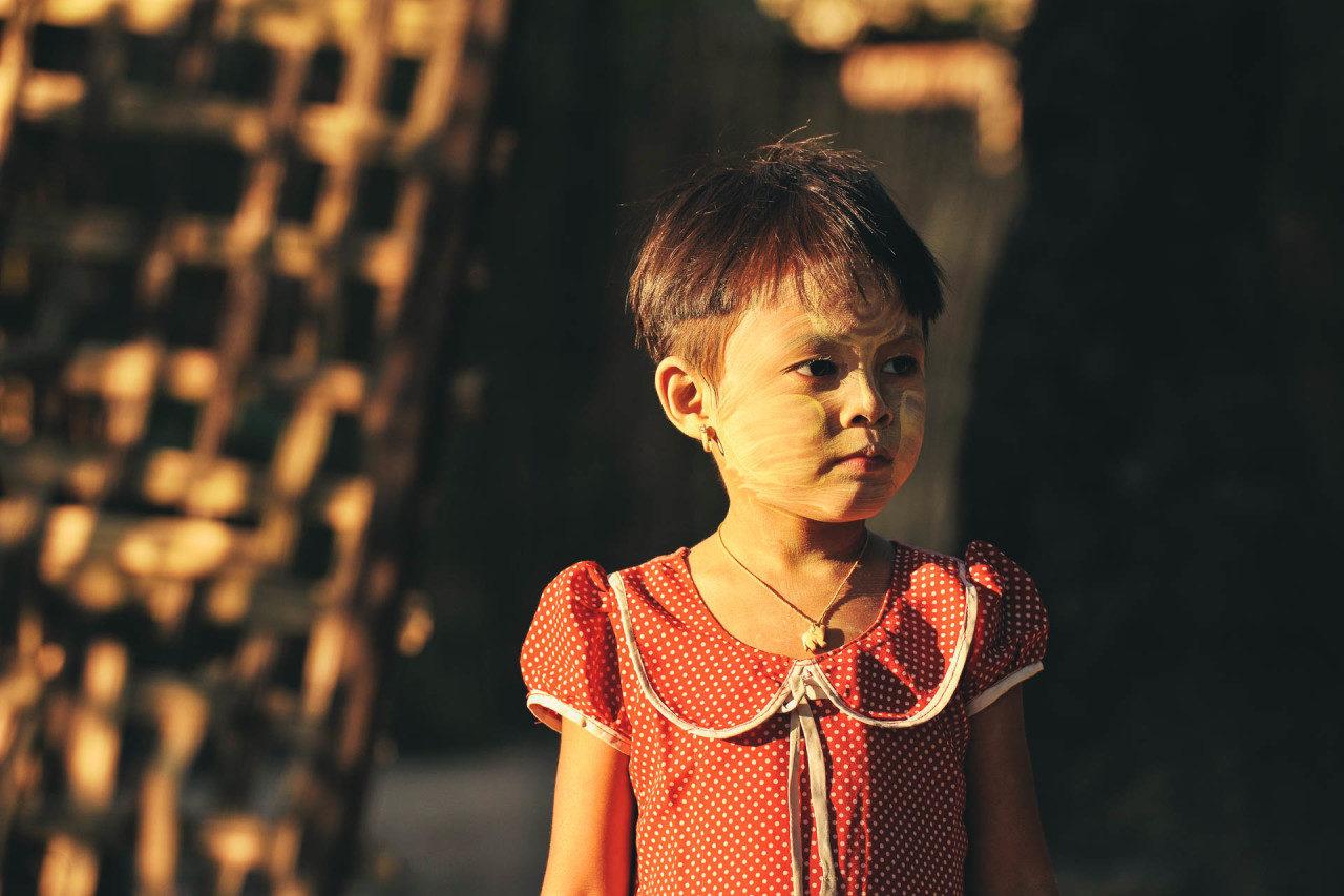 Mädchen Kleid Sonnencreme Fotostory von Redeleit und Junker