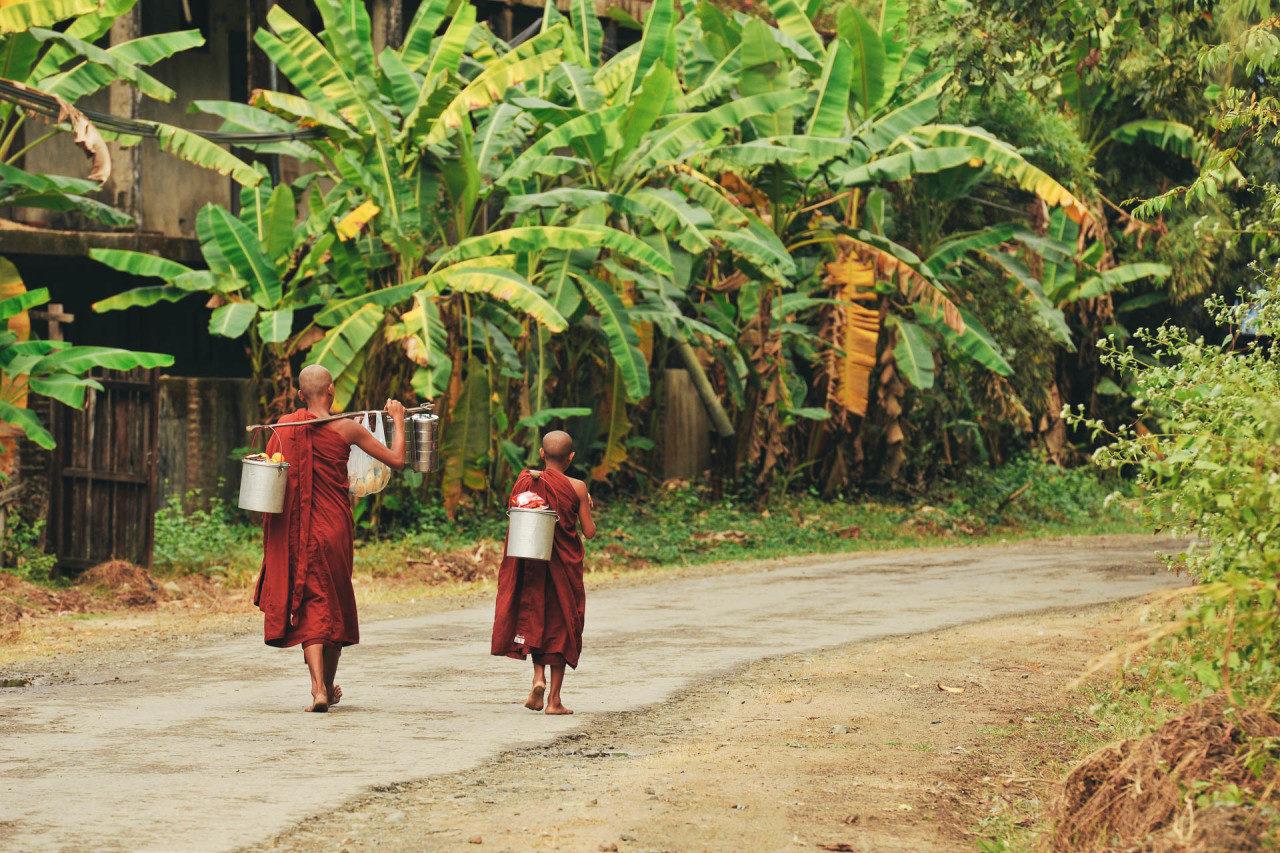 Mönche holen Wasser Fotostory von Redeleit und Junker